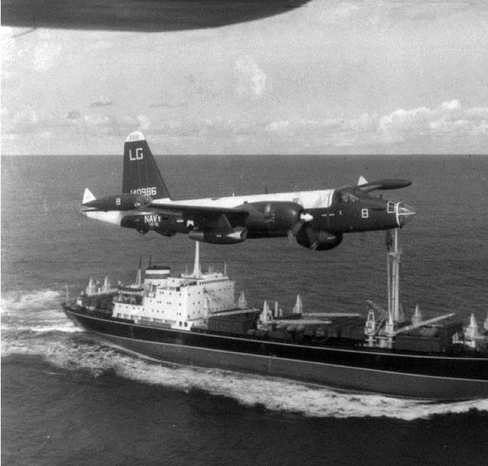 na zdjęciu: amerykański samolot nad sowieckim statkiem; źródło: http://en.wikipedia.org/wiki/File:P-2H_Neptune_over_Soviet_ship_Oct_1962.jpg